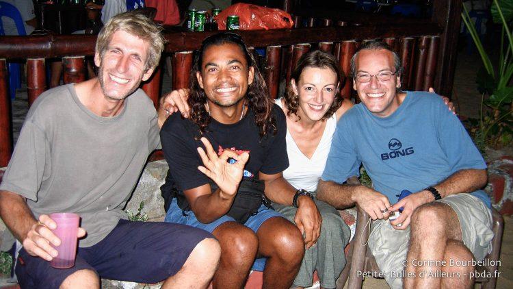 Petite fête entre plongeurs, un soir, à Tioman. Malaisie, juillet 2006.