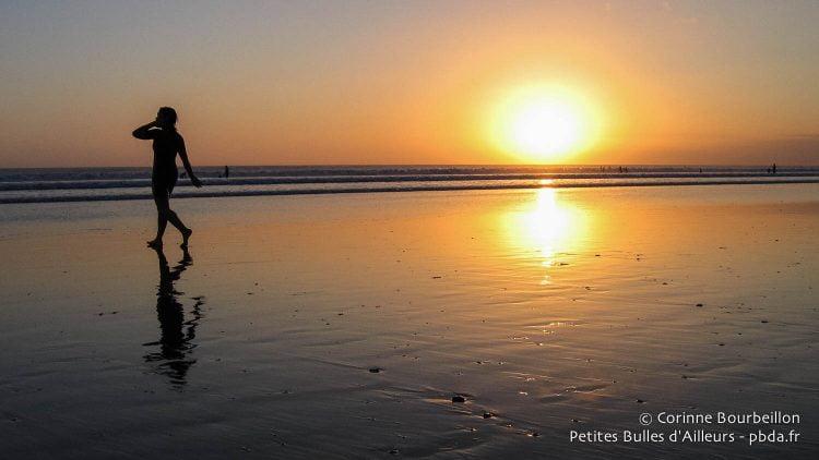 Coucher de soleil sur Kuta Beach. Bali, Indonésie, juillet 2008.
