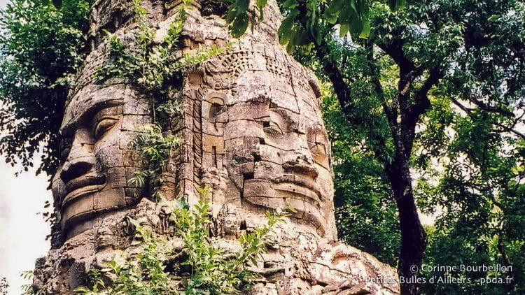 Visages surmontant l'une des portes de l'enceinte des temples d'Angkor. Siem Reap, Cambodge, juin 2001.