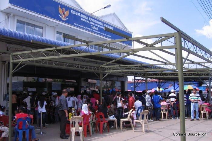 Devant le consulat indonésien de Consulat de Tawau (Bornéo, Malaisie, juillet 2009).