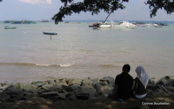Le front de mer de Tawau, rendez-vous des amoureux (Bornéo, Malaisie, juillet 2009).