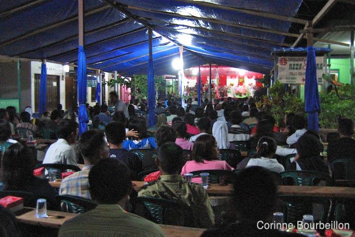 Pour les invités, le spectacle consiste à rester assis sur une chaise en plastique à regarder les mariés sur l'estrade... (Derawan, Bornéo, Indonésie. Juillet 2009.)
