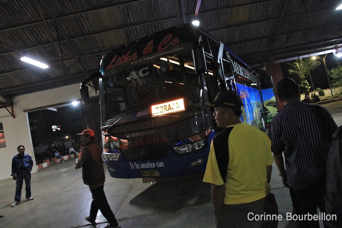 Le terminal de la compagnie Litha, à Makassar, d'où partent les bus pour le pays Toraja.