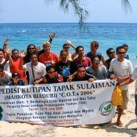 Les responsables des centres de plongée et quelques officiels prennent la pose sur la plage pour la télé et les photographes. (Tioman, Malaisie, juillet 2006)