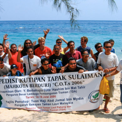 Officials of the diving centers and some officials pose on the beach for TV and photographers. (Tioman, Malaysia, July 2006)