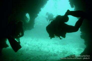 Les plongeurs en ombres chinoises à l'entrée de la grotte. Koh Haa, Koh Lanta, Thaïlande, janvier 2007.