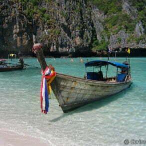 Maya Bay, plage devenue célèbre grâce au film The Beach avec Di Caprio. Koh Phi Phi Leh, Thaïlande, janvier 2007.