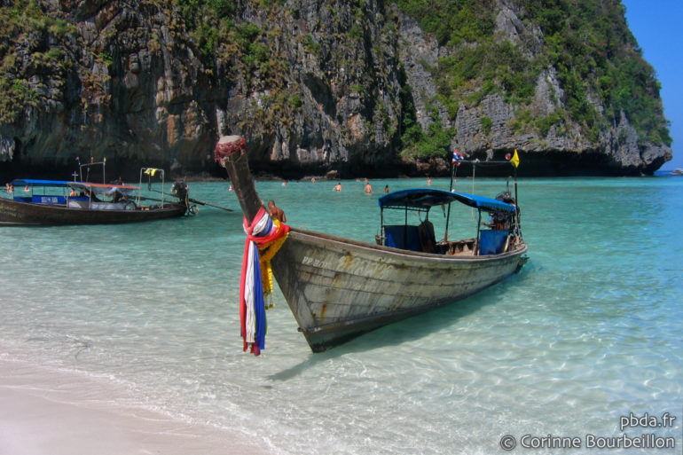 The turquoise water of Maya Bay ... With framing that could make you believe that there is hardly anyone ... (Thailand, Koh Phi Phi Leh, January 2017)