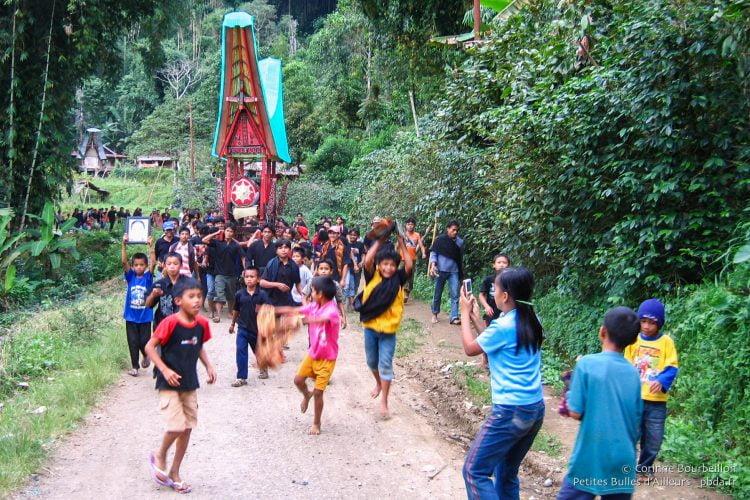 une autre cérémonie funéraire, moins fastueuse que celle de Rembon. Cortège croisé lors d'une balade à moto, le surlendemain, dans un petit village paumé dans les montagnes et les rizières, au nord de Rantepao...