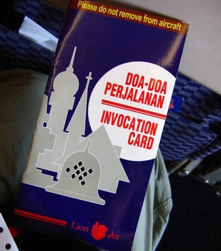 Sur Lion Air, on a un livret de prières à lire... Sulawesi, Indonésie. Juillet 2007.
