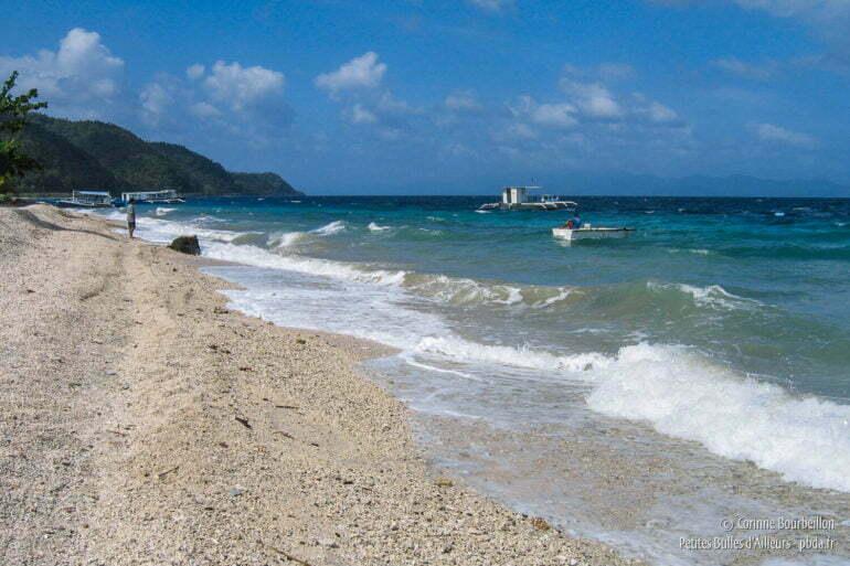 Le vent souffle sur la plage de corail mort du Sogod Bay Scuba Resort. (Leyte, Philippines, février 2008)