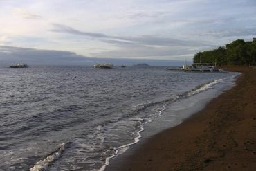 La plage de sable noir de Dauin. Philippines, février 2008.