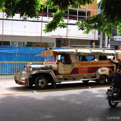 Jeepney dans une rue de Cebu City. Philippines, février 2008.