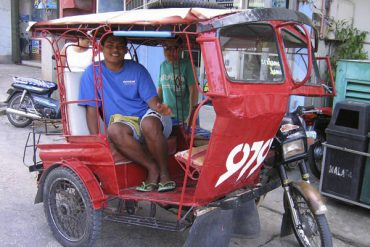 Un tricycle à Larena, le port de Siquijor. Visayas, Philippines, février 2008.