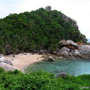 Jansom Bay, Koh Tao. Thaïlande, juillet 2006. Le resort auquel appartient la plage a fait construire de nouveaux bungalows sur les rochers.