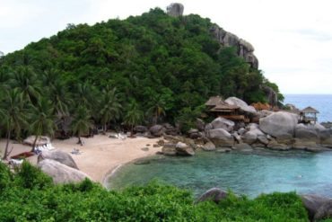 Jansom Bay, Koh Tao. Thailand, July 2006. The beach resort has had new bungalows built on the rocks.