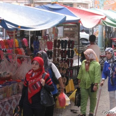 Dans les rues de Kota Bahru. Les femmes portent des foulards et vêtements couvrants, mais gais et colorés. (Malaisie, juillet 2006)