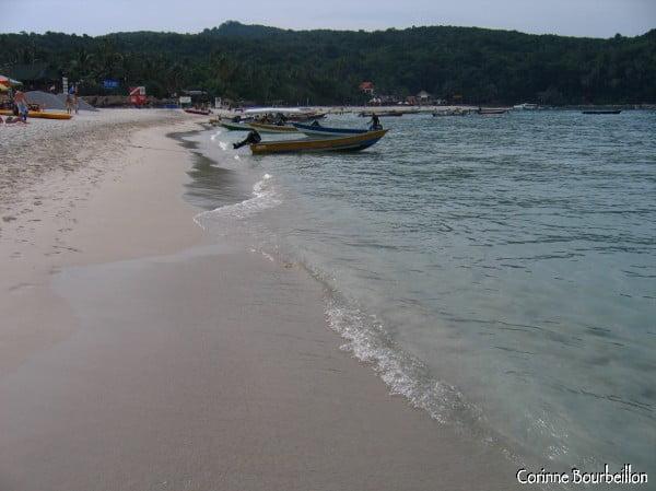 Long Beach, la bien nommée, plage principale de l'île de Perhentian Kecil. (Malaisie, juillet 2006)