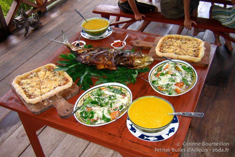 Island Retreat : sans doute la meilleure table des îles Togian... (Sulawesi, Indonésie, juillet 2007.)