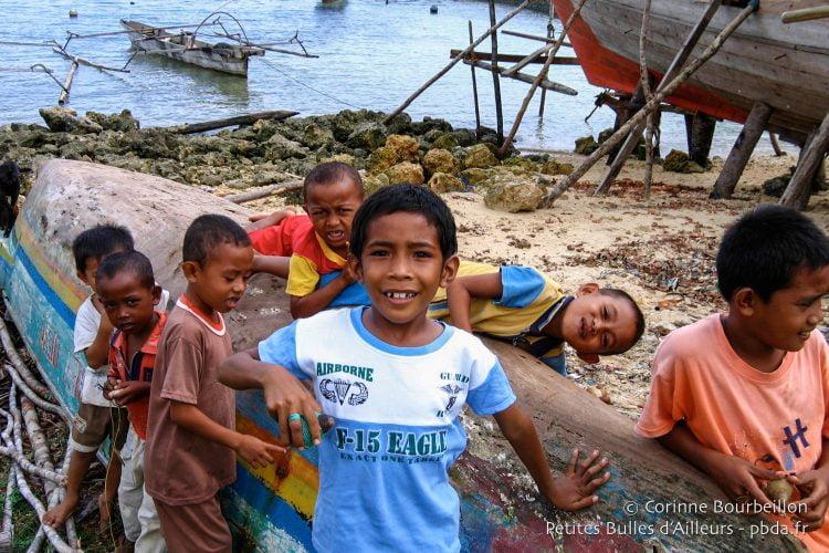 Les enfants de Bomba. (Îles Togian, Sulawesi, Indonésie, juillet 2007.)