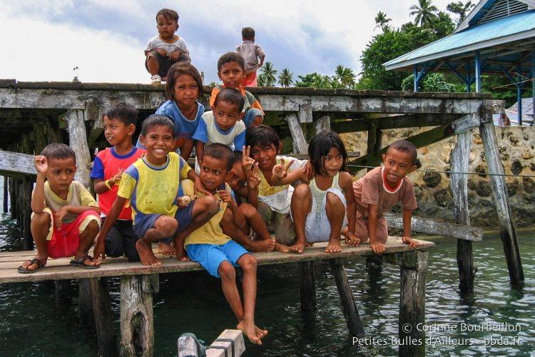 Les enfants de Bomba se bousculent sur le ponton du village pour nous dire au revoir. (Îles Togian, Sulawesi, Indonésie, juillet 2007.)
