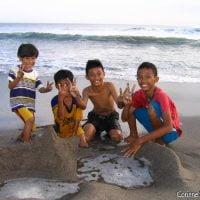 Sur la plage de Petitenget, au nord de Kuta-Legian, Seminyak, les gamins balinais, comme tous les enfants sur toutes les plages du monde, bâtissent des murailles éphémères contre la mer. (Bali, juillet 2008)
