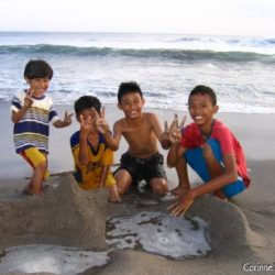 On the beach of Petitenget, north of Kuta-Legian, Seminyak, the Balinese kids, like all children on all the beaches of the world, build ephemeral walls against the sea. (Bali, July 2008)