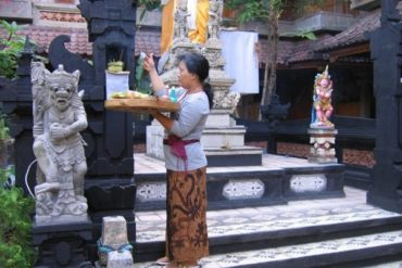 Morning offerings in the garden of the hotel Sorga. (Kuta, Bali)