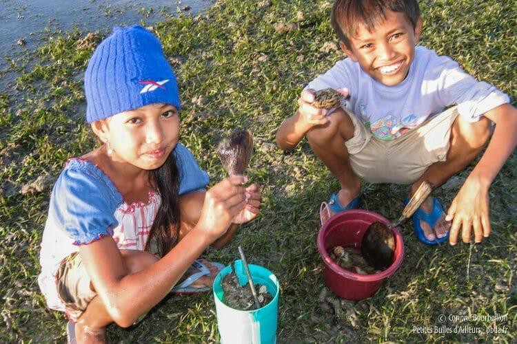 Les enfants de Pemuteran me montrent fièrement les coquillages qu'ils ont ramassés sur la plage. (Bali, Indonésie, juillet 2008.)
