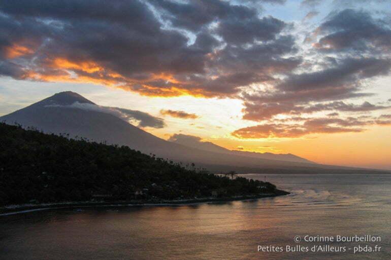Coucher de soleil sur le volcan Agung et la baie de Jemeluk, près d'Amed. (Bali, Indonésie, juillet 2008.)