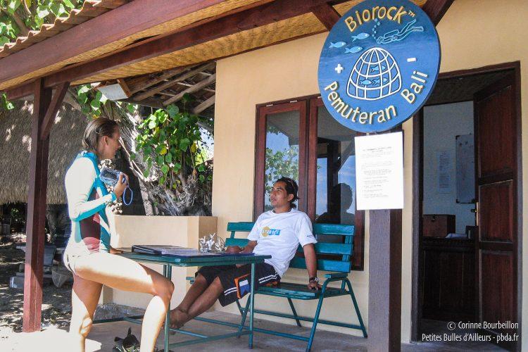 Le petit bureau du projet Biorock, sur la plage de Pemuteran. (Bali, Indonésie, juillet 2008.)