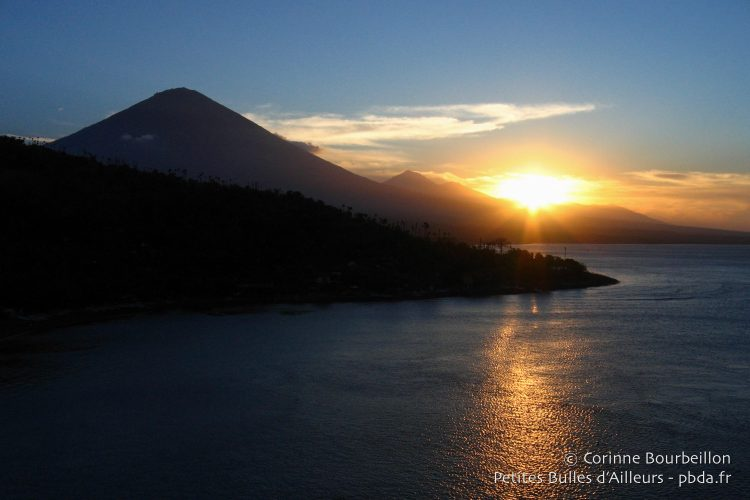 Another sunset on Agung volcano and Jemeluk bay ... I do not get tired! (Bali, Indonesia, July 2008.)