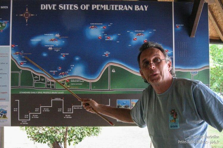 Chris Brown est australien et installé à Pemuteran depuis 1991, où il dirige le centre de plongée Reef Seen. (Bali, Indonésie, juillet 2008.)