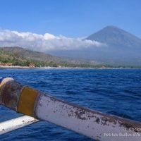 Le mont Agung vu depuis le large. (Amed, Bali, Indonésie, juillet 2008.)