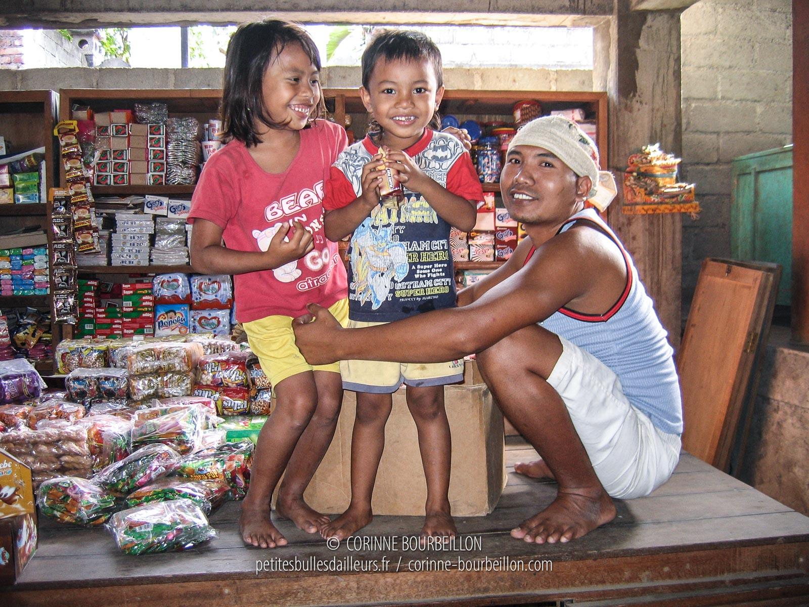 Au marché de Culik. Amed, Bali. Indonésie, juillet 2008.