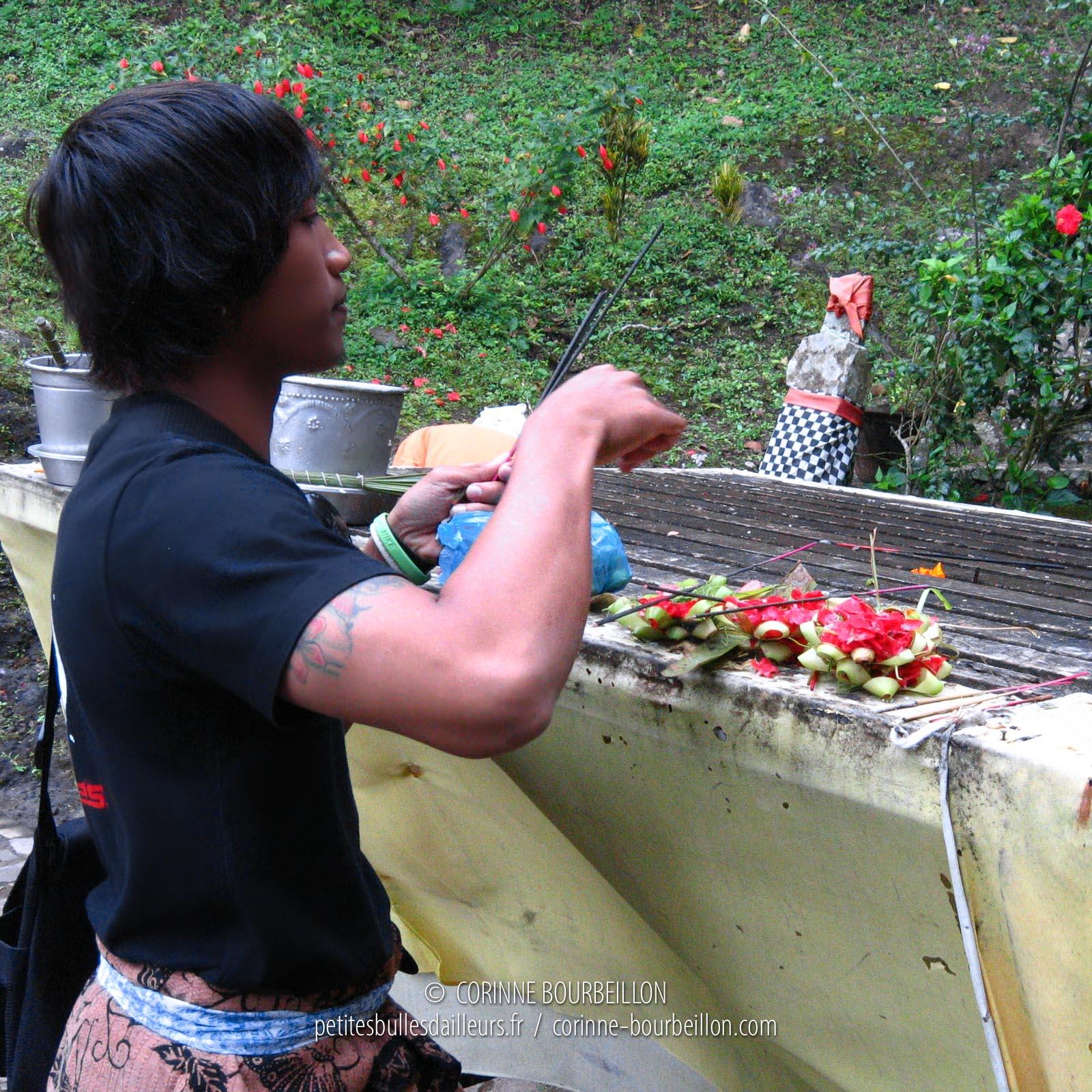 Offrandes au temple de Lempuyang. Région d'Amed et Amlapura. Bali, Indonésie, juillet 2008.