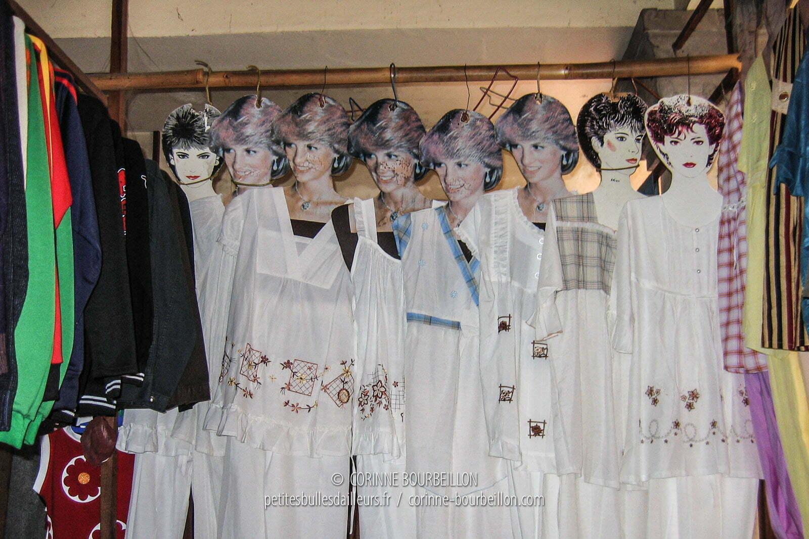 Au marché d'Amlapura, Lady Di clonée en dizaines d'exemplaires sert de mannequin. Bali, Indonésie, juillet 2008.