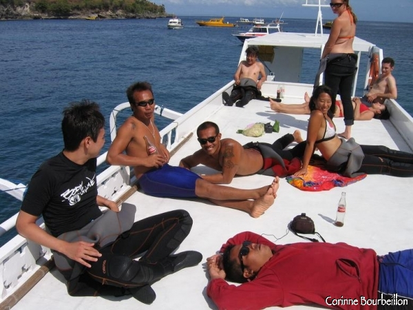 Detente sur le sun-deck du bateau de World Diving, entre deux plongees. Nusa Lembogan, Bali.