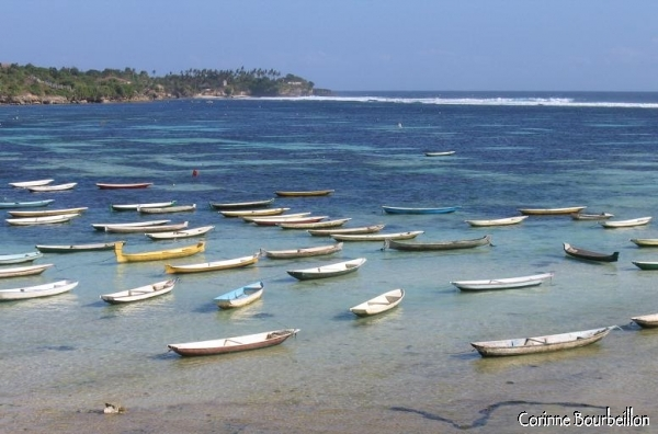 Vue à marée haute, depuis Nusa Lembongan, sur le détroit qui la sépare de l'île voisine, Nusa Ceningan. Bali, juillet 2008.