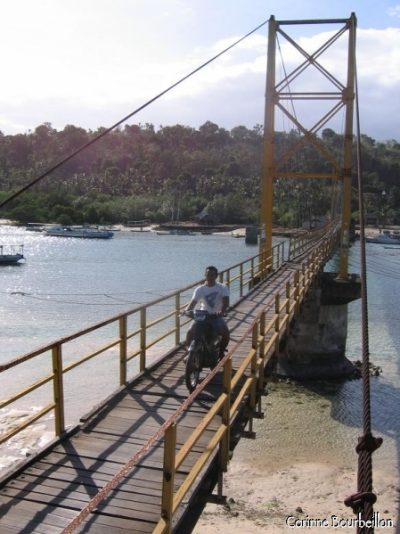 Le pont reliant les îles de Lembogan et Ceningan. Bali, juillet 2008.