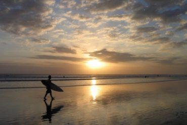 Coucher de soleil sur la plage de Kuta. Bali.