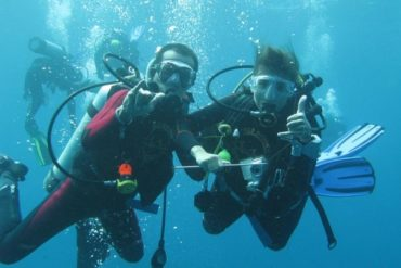 Wayan et moi prenons la pose, au palier, après la rencontre avec le mola-mola à Crystal Bay. (Nusa Penida, Bali, juillet 2008)