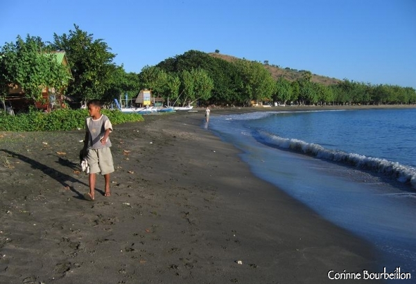 L'anse de sable noir de Pemuteran. Bali. Juillet 2008.