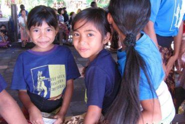 Sourire radieux des petites danseuses de Reef Seen. Pemuteran, Bali. Juillet 2008.