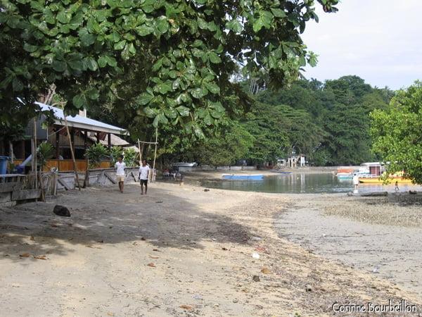 Pantai Liang, plage de la côte ouest de l'île de Bunaken.