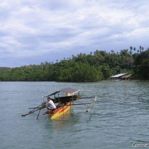 Un bateau traditionnel à balancier, photographié au large de Pantai Liang (Bunaken).