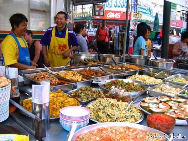 Food market, à proximité de Khao San Road. Bangkok, Thaïlande, janvier 2007.