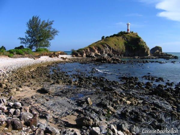 Tout au sud de Koh Lanta, un phare, battu par le vent et les vagues...