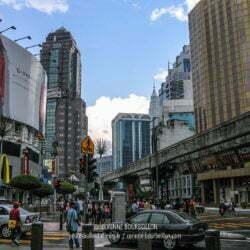 Dans les rues de Kuala Lumpur, impossible d'échapper aux panneaux publicitaires géants. (Malaisie, février 2006)