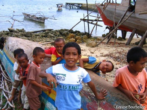 Les enfants de Bomba. (Togian Islands, Sulawesi, Indonésie)
